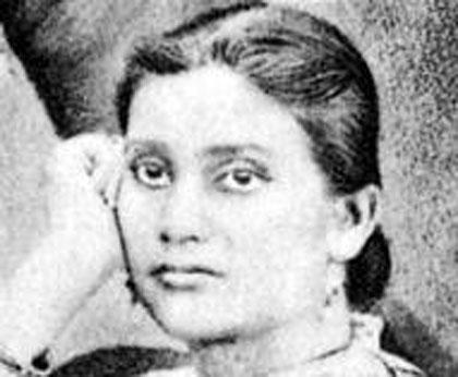 কাদম্বিনী গাঙ্গুলিভারতের প্রথম মহিলা ডাক্তার। প্রথম মহিলা হিসাবে কলকাতা বিশ্ববিদ্যালয়ের প্রবেশিকা পরীক্ষায় দ্বিতীয় শ্রেনীতে পাস করেন । তাঁর দ্বারাই প্রভাবিত হয়ে বেথুন কলেজ প্রথম এফএ (ফার্স্ট আর্টস) এবং তারপর অন্যান্য স্নাতক শ্রেনী আরম্ভ করে। কাদম্বিনী এবং চন্দ্রমুখী বসু বেথুন কলেজের প্রথম গ্র্যাজুয়েট হয়েছিলেন ১৮৮৩ খ্রিস্টাব্দে । তাঁরা বিএ পাস করেছিলেন । তাঁরা ছিলেন ভারতে এবং সমগ্র ব্রিটিশ সাম্রাজ্যের প্রথম মহিলা গ্র্যাজুয়েট ।এরপর কাদম্বিনী সিদ্ধান্ত নেন যে তিনি ডাক্তারি পড়বেন । কিন্তু ফাইনাল পরীক্ষায় সমস্ত বিষয়ে কৃতিত্বের সঙ্গে পাস করলেও একটি প্র্যাকটিকাল বিষয়ে সংশ্লিষ্ট শিক্ষক ইচ্ছা করে কাদম্বিনীকে ফেল করিয়ে দেন। কারণ সেই শিক্ষক বিশ্বাস করতেন বিজ্ঞান পড়লে মেয়েদের নারীত্ব নষ্ট হয়। কিন্তু এতেও দমে যাননি কাদম্নিনী। ১৮৯২ খ্রিস্টাব্দে বিলেত যান । এক বছর পরে এল আর সি পি (এডিনবরা), এল আর সি এস (গ্লাসগো) এবং ডি এফ পি এস (ডাবলিন) উপাধি নিয়ে দেশে ফেরেন ।আমৃত্যু তিনি সাফল্যের সঙ্গে ডাক্তারি করে গেছেন। ছিলেন কংগ্রেসের প্রথম মহিলা বক্তা। ভারতের অহিংস আন্দোলনের সক্রিয় সদস্য ছিলেন এই বিদূষী মহিলা।
