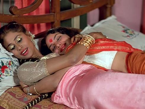 মান্ডি (১৯৮৩)পরিচালক-শাম বেনেগল। বারবনিতাদের অধিকার ও স্বীকৃতির দাবিতে লড়াই। শাবানা আজমি, স্মিতা পাতিল, নীনা গুপ্তা, শ্রীলা মজুমদারের অসাধারণ অভিনয় দেখিয়েছিল এই ছবি।