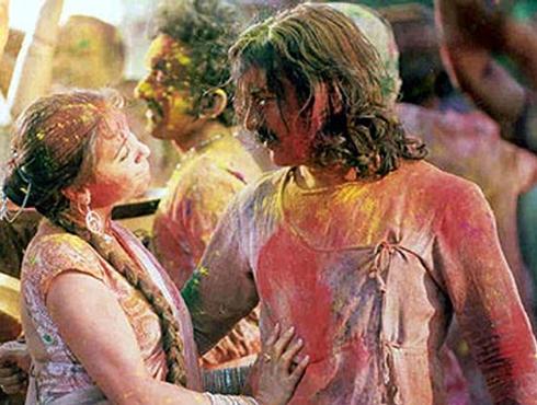 হোলি রে...হোলি রে...ছবির নাম মঙ্গল পান্ডে, সাল ২০০৫। আধুনিক প্রজন্ম পর্দায় হোলি প্রায় ভুলেই গিয়েছিল। বহুদিন আবার পর্দায় হোলির আমেজ ফিরিয়ে আনে মঙ্গল পান্ডের এই গান।