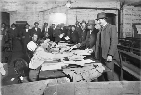 Military recruitment in Melbourne, 1914. (Wiki)