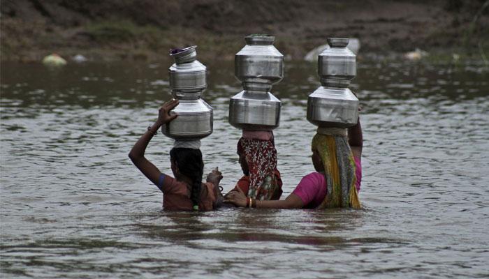 জল মাথায় নিয়ে নদী পেরচ্ছে গুজরাতের মহিলারা