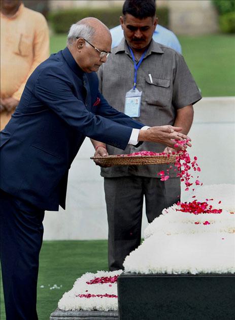মহাত্মার প্রতি শ্রদ্ধা জানাচ্ছেন রামনাথ কোবিন্দ