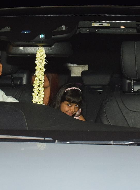অভিষেকের সঙ্গে ডিনারে রাই, পাপারাত্জিকে দেখে হাসি আরাধ্যার