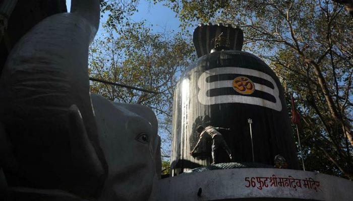 মনকামনা পূরণ হওয়ায় শিবলিঙ্গের সামনে জিভ কেটে দিলেন মহিলা