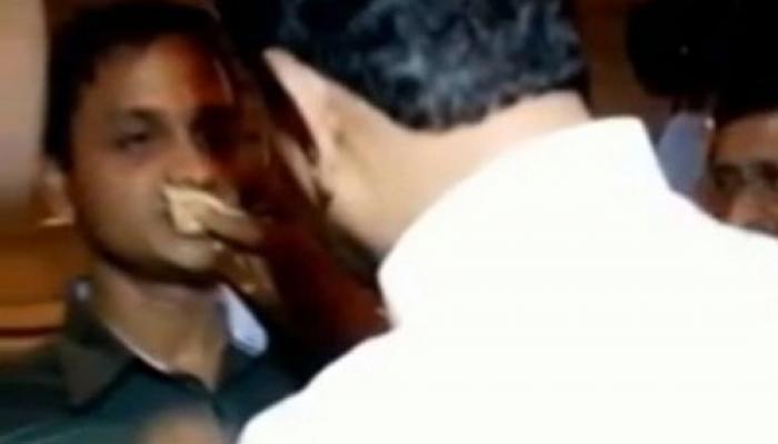 জোর করে রোজা ভাঙানো বিতর্ক: সাংসদদের পাশেই শিবসেনা, রাজনৈতিক ফায়দা তোলার অভিযোগ