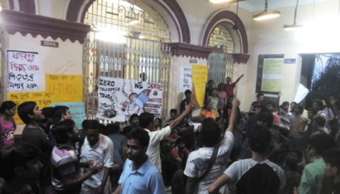 মধ্যরাতে লাঠিচার্জ, প্রতিবাদ মিছিলে নজিরবিহীন ঘটনার সাক্ষী রইল যাদবপুর বিশ্ববিদ্যালয়