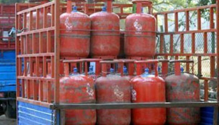 রাজ্য জুড়ে LPG সঙ্কট চরমে, গৃহস্থের কপালে ভাঁজ