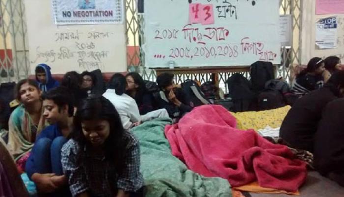 যাদবপুর: চলছে অনশন, উপাচার্য, জুটার পাশাপাশি কাল পড়ুয়াদের সঙ্গেও বৈঠকে বসছেন শিক্ষামন্ত্রী