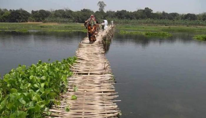 স্বাধীনতার পর থেকে বাঁশের সেতুতেই ঝুলে রয়েছে দক্ষিণ দিনাজপুরের অনিশ্চিত জীবন