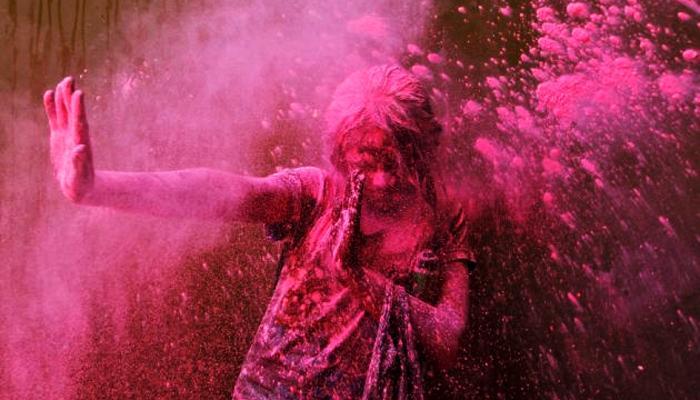 প্রাণের উৎসবে আবির খেলা খুশি আনে, পেটে ভাত জোটে না কারিগরের