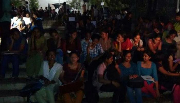 লিঙ্গ বৈষম্যের বিরুদ্ধে, সমানাধিকারের দাবিতে হোস্টেলের সামনে রাত জেগে অবস্থানে কেরলের ছাত্রীরা