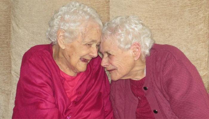১০৪ বছর এক সঙ্গে থাকার পর প্রায় এক সঙ্গে মারা গেলেন যমজ বোন