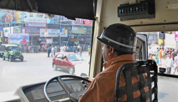 ধর্মঘটে কলকাতায় সরকারি বাস হয়ে গেল শাটল, কন্ডাক্টরি করল পুলিস