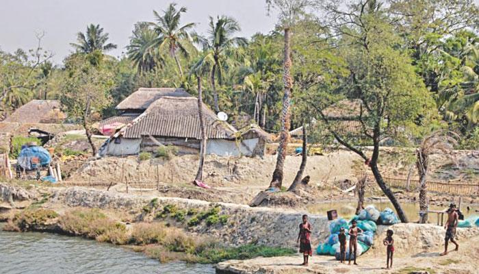 ভাঙনের আতঙ্ক রাতের ঘুম কেড়ে নিয়েছে সুন্দরবনের বাসিন্দাদের