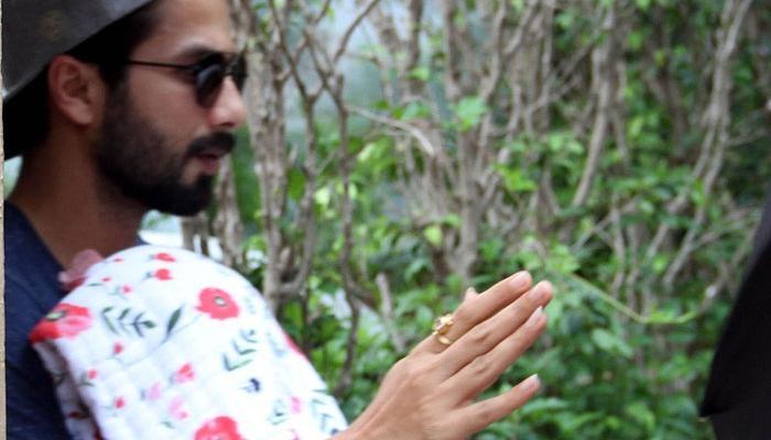 গোলাপি-সাদা চাদর জড়িয়ে মেয়েকে নিয়ে ঘরে ফিরলেন শাহিদ