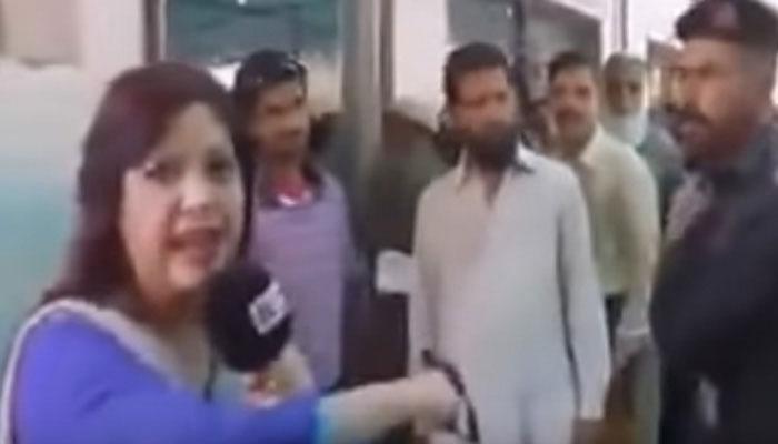 পাকিস্তানে মহিলা সাংবাদিককে সপাটে চড়! (দেখুন ভিডিও)
