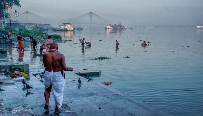 মকর সংক্রান্তিতে কলকাতার বাবুঘাটে চলছে পুণ্যস্নান