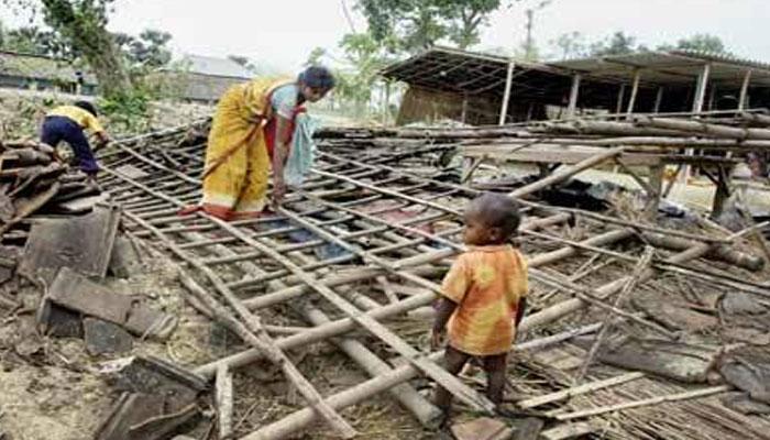 গতকালের ঝড়বৃষ্টিতে ব্যাপক ক্ষতি হয়েছে মুর্শিদাবাদের ফরাক্কা, রঘুনাথগঞ্জ ও জাঙ্গিপুরে