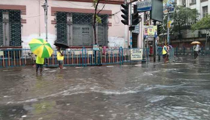 বৃষ্টি কমলেও শহরের বেশ কয়েকটি এলাকা এখনও জলবন্দি