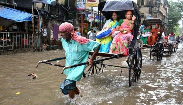 জলে ভাসছে সাঁতরাগাছির মৌখালি-মহিয়ারি রোড