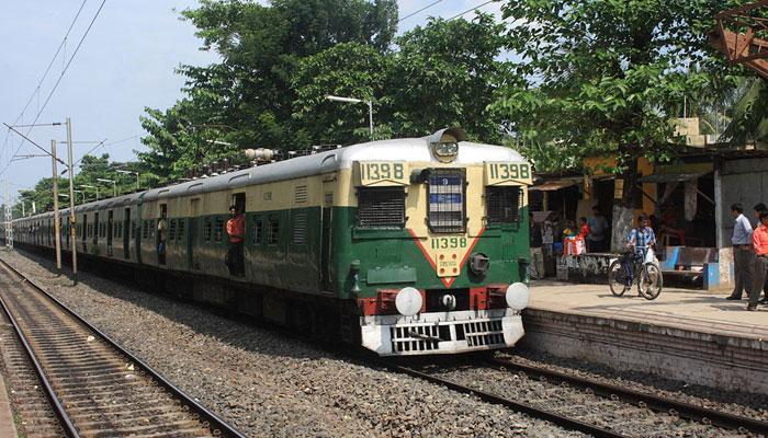 হিন্দমোটর ও উত্তরপাড়ার মাঝে একই লাইনে দুটি লোকাল ট্রেন, বড়সড় দুর্ঘটনার হাত থেকে রক্ষা