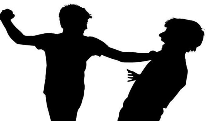 নিজের দাদা, বৌদি, খুড়তুতো ভাইকে ধারালো অস্ত্র দিয়ে কোপাল যুবক
