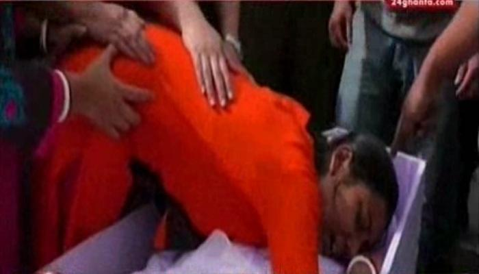 """""""এভাবে চলে যেতে পারো না"""", শহিদ স্বামীকে জড়িয়ে আর্তি স্ত্রীর"""