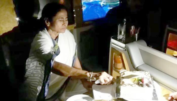 মাঝ আকাশে কেক কাটলেন বিলেতযাত্রী মমতা