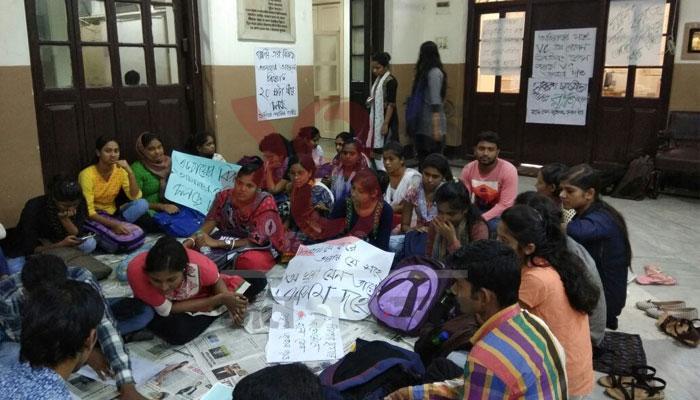 রাত জেগে র্যাগিংয়ের প্রতিবাদে কলকাতা বিশ্ববিদ্যালয়ের পড়ুয়ারা, 'শীতঘুমে কাতর ভিসি'
