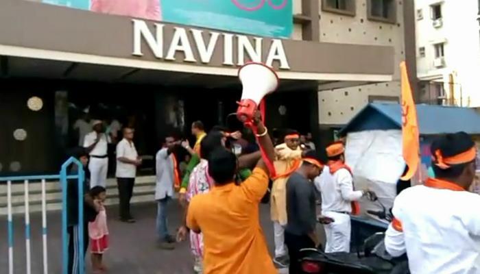 'পদ্মাবতী' বিতর্কে নবীনা হলের সামনে বিক্ষোভ বজরং দলের