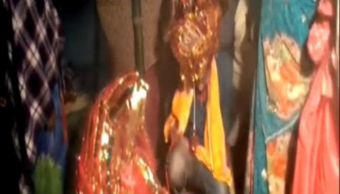 বন্দুক দেখিয়ে জোর করে বিয়ে, সিঁদুর পরাতে গিয়ে কেঁদে ভাসালেন পাত্র