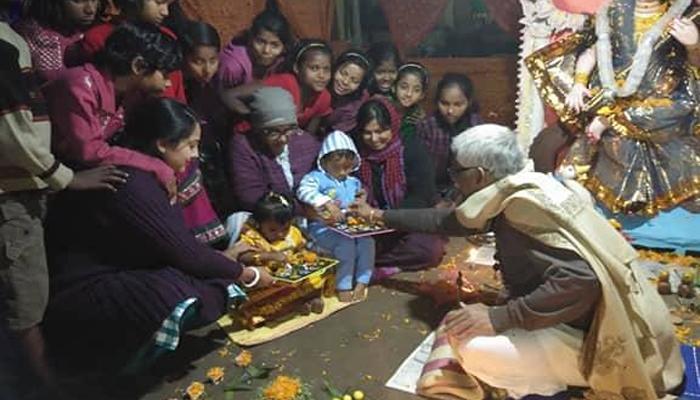 'দিদি'দের কোলে বসেই হাতেখড়ি 'পোটলা' ও 'নবমী'র