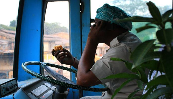 বেসরকারি বাসচালকদের মোবাইল ফোনে নিষেধাজ্ঞা উত্তর দিনাজপুর আইএনটিটিইউসি-র
