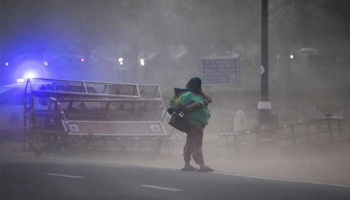 প্রবল ঝড়ে বিধ্বস্ত দিল্লি, ত্রিপুরা, মৃত ১, সতর্কবার্তা রয়েছে পশ্চিমবঙ্গেও