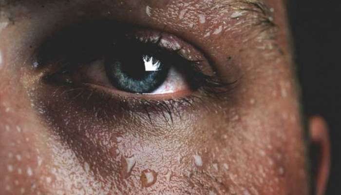 রাতে ঘুমানোর সময় অস্বাভাবিক ঘাম হয়? জেনে এটা কোন রোগের উপসর্গ