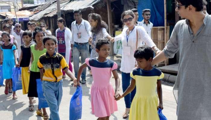 সাংবাদিকতায় মানবিকতার পাঠ: পথশিশুদের নিয়ে পুজো পরিক্রমা