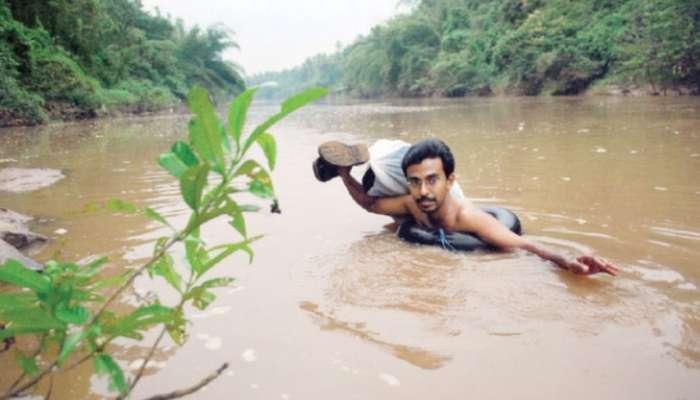 পড়ানোর তাগিদে ১৯ বছর ধরে নদী সাঁতরে স্কুলে যাচ্ছেন আব্দুল